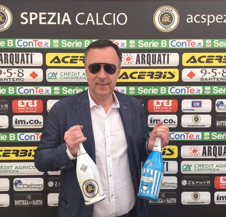 Gianfranco Santero con le bottiglie 958 SANTERO dedicate a Spezia e Spal